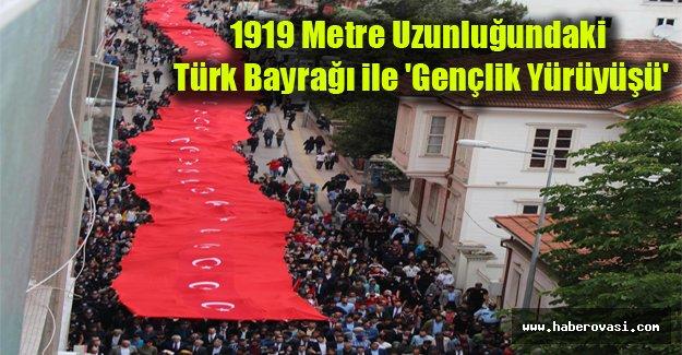 1919 metre uzunluğundaki Türk bayrağı ile 'Gençlik Yürüyüşü'