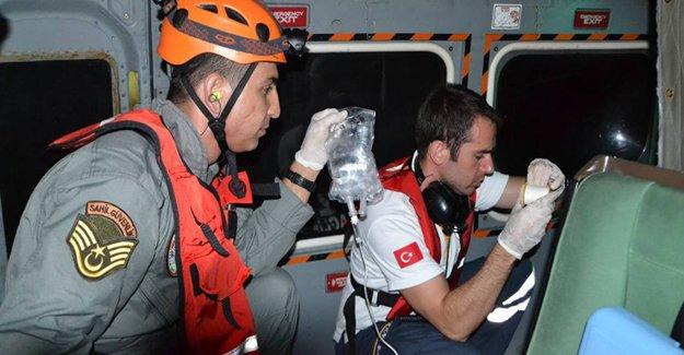 Yaralı denizciyi hastaneye ulaştırdı