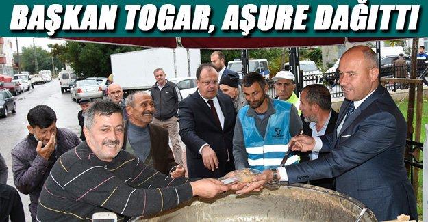 Başkan Togar, Aşure Dağıttı