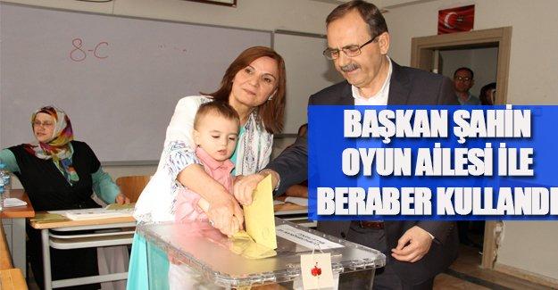 Başkan Zihni Şahin, oyunu ailesiyle birlikte kullandı