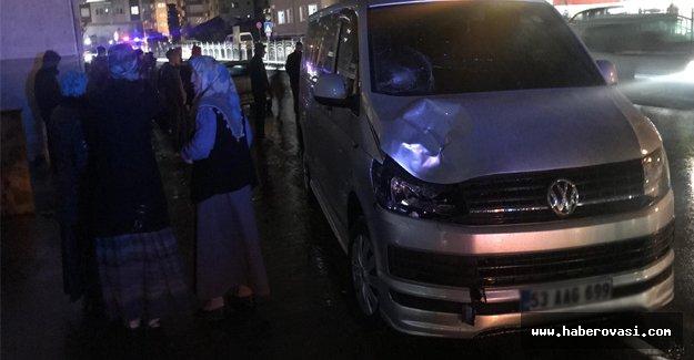 Minibüs yayalara çarptı 1 ölü