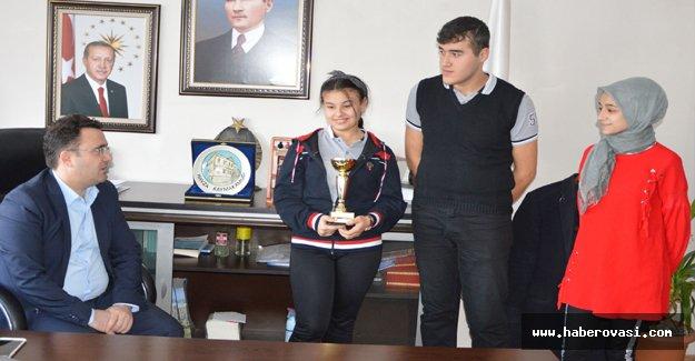 Ödüllü öğrencilerden Kaymakam Yılmaz'a ziyaret