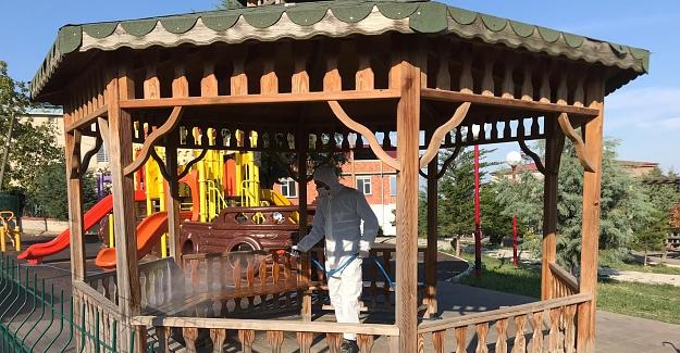 Parklar çocuklar için dezenfekte ediliyor.