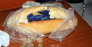 Dilenciler paraları ekmeğin içine sakladı