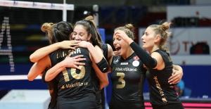 VakıfBank kupaya galibiyetle başladı