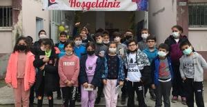 Eğitimci Yılmaz öğrencileriyle bilim fuarında